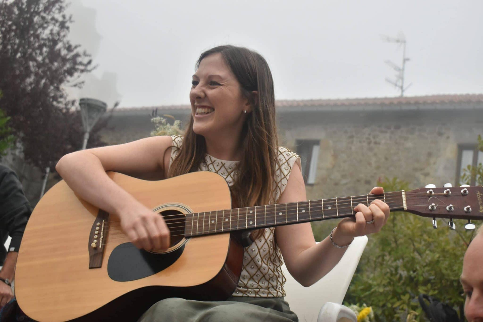 Sio tocando la guitarra